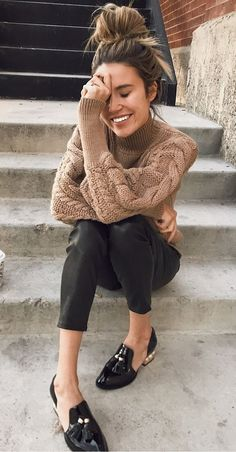 Beige knit sweater+black high-waist pants+black and gold loafers. Fashion Mode, Look Fashion, Womens Fashion, Fashion Trends, Fall Winter Outfits, Autumn Winter Fashion, Winter Gear, Casual Winter, Outfit Loafers