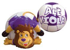 TIF8 SALVADANAIO 18CM VIOLA  Salvadanaio in resina a forma di palla da calcio con leoncino Forza Viola che l'abbraccia, color viola