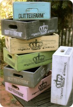 Painted Wood Crates – geverfde houten kratjes Painted Wood Crates – painted wooden crates Pin: 554 x 813 Pallet Crates, Wood Crates, Wood Boxes, Pallets, Painted Furniture, Diy Furniture, Painted Wood, Vintage Crates, Painting On Wood