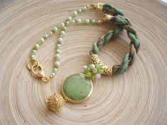 green+necklace+2.jpg (640×480) http://lylaaccessories.blogspot.com/2010/08/unique-green-silk-necklace.html
