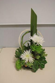 Piquer les deux grandes feuilles en haut à gauche , la deuxième arrivant au tiers de la première; piquer la première fleur au tiers de la fe...