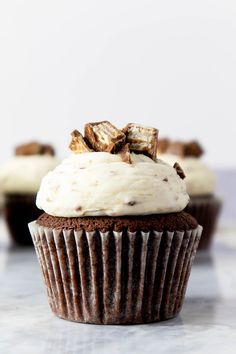 This easy chocolate Kit Kat cupcake recipe makes the most fluffy cupcakes, filled with Kit Kat pieces, and topped with a light, whipped Kit Kat buttercream frosting. These are so awesome, that you'll want to invite your friends over to help out! #kitkat #kitkatcake #chocolatecupcakes #cupcakes #cupcakerecipe