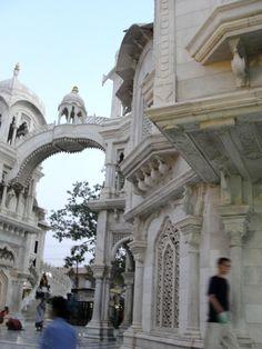 #magiaswiat #podróż #zwiedzanie #vrindavan #blog #azja #zabytki #swiatynia #indie #miasto #aszram #ganges #iscon #krishna Mandir, Amalfi, Krishna, Notre Dame, Barcelona Cathedral, Louvre, Building, Blog, Travel