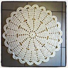 lovely crochet doily rug by Crochet Doily Rug, Gilet Crochet, Crochet Placemats, Crochet Carpet, Crochet Dollies, Crochet Circles, Crochet Flower Patterns, Crochet Squares, Crochet Home