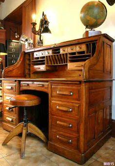 """Bureau à cylindre de type dos d'âne vers 1930, de marque """"STANDARD"""", rideau coulissant, 9 tiroirs, 2 tablettes; intérieur en bois fruitier, 8 tiroirs plus de nombreuses étagères; noyer doré, massif"""