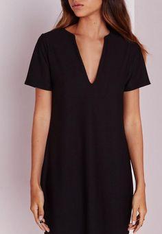 Cette robe droite noire est parfaitement tendance. Son décolleté plongeant, ses manches courtes et sa coupe droite vous feront un look de rêve tout en simplicité. Mariez-le à une paire de bottines et un feutre pour la mettre en valeur....