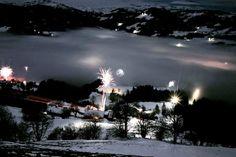 Veel vuurwerk bleef gisteren vanaf 1200m onzichtbaar door een wolk boven het dal. Het was desondanks een aparte ervaring. #willemlaros.nl #fotograaf #reisfotografie #reisblog #reizen #reisjournalist #fotoworkshop #landschapsfotografie #redacteur #flickr #fbp #500px #winterkamperen #oostenrijk #tirol  # lovetirol #kitzbüheleralpen #wintercamping