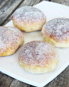 Sockerbullar fyllda med vaniljkräm – Lindas Bakskola Bread Recipes, Soup Recipes, Dessert Recipes, Cooking Recipes, Fika, Bread Baking, Donuts, Muffin, Goodies
