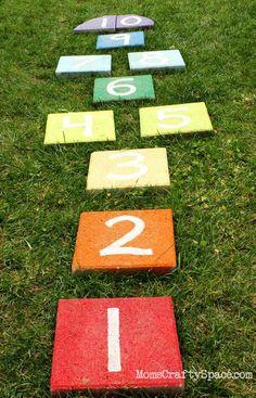 Nu vill vi leka utomhus! Här är 14 tips på roliga lekar och spel som passar hela familjen och som passar perfekt under vår och sommar.