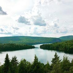 16 endroits surréels près de Montréal que tu dois absolument voir une fois dans ta vie - Narcity Alberta Canada, Le Vermont, Dame Nature, Canada Travel, Places To Travel, Europe, River, Explore, Adventure