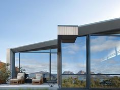 Luxus szálloda Tasmania keleti partvidékén, a Freycinet Nemzeti Parkban Australian Interior Design, Interior Design Awards, Tasmania, Porches, World Of Wanderlust, Honeymoon Destinations, Honeymoon Ideas, Holiday Destinations, Hotels And Resorts