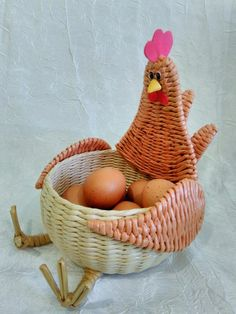Pin by Guillermina gonzalez on guilla Paper Basket Weaving, Straw Weaving, Willow Weaving, Diy Crafts Slime, Easy Diy Crafts, Fun Crafts, Newspaper Basket, Newspaper Crafts, Crochet Chicken
