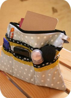 Bag In Bag organizer. Tutorial is in French, but very clear. Bag In Bag, Diy Sac, Diy Purse, Couture Sewing, Purse Organization, Fabric Bags, Handmade Bags, Sewing Tutorials, Bag Making