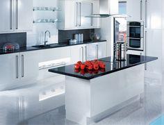 weiße Küche mit glänzendem Boden, eingebauten Glasregalen, Rückwand aus kleinen schwarzen Fliesen