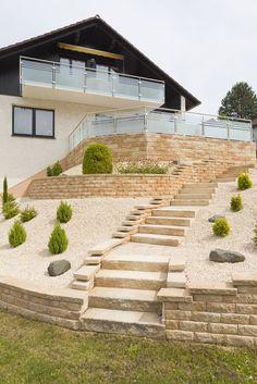 Haus auf Straßenebene mit Garten am Hang? Kein Problem! Entscheiden Sie sich für eine Mauer, die es ermöglicht stilsicher und funktional Höhenunterschiede zu überwinden. #rinnbeton #design #gartengestaltung