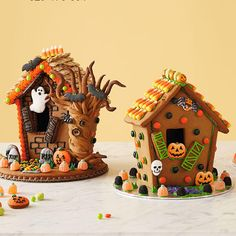 Scare up some fun with a Halloween gingerbread house! Includes recipe, patterns and instructions to make your own haunted Halloween gingerbread houses. Halloween Gingerbread House Kit, Halloween Torte, Pasteles Halloween, Gingerbread House Template, Dulces Halloween, Halloween Cookies, Halloween Candy, Holidays Halloween, Gingerbread Houses