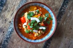 Karibisk kyllinggryte – Båtmat Caribbean Chicken, Frisk, Caprese Salad, Thai Red Curry, Stew, Ethnic Recipes, Food, Pineapple, Cilantro