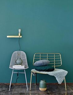 Petrol als Wandfarbe mit Möbel aus Messing kombinieren