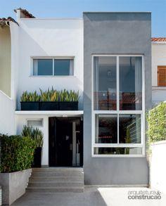 Do outro lado da rua, o número 19 passou por extensa remodelação e adquiriu traços contemporâneos, aberturas para o sol e um pavimento a mais.