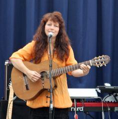 Opptreden i Knarvik Senter m/ Linda Fosse Hagen, Music Instruments, Guitar, Musical Instruments, Guitars