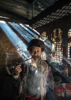 Museum Hilversum: Ontmoetingen Langs de Yangtze toont de fotografische reis van Ruben Terlou Foto The Medicine Man - Ruben Terlou