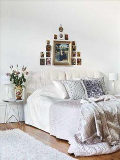 Sängkappan och gaveln kommer från Zandvoort, lakanen från Gant. Mattan är från Ikea, liksom ramarna kring bilderna på barnen. De två Gripsholmsfåtöljerna köptes på Solgården, nattduksbord från Hans Mikaels och sänglampa från Oscar