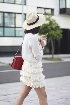 Falda flecos beige como combinar myblueberrynightsblog streetstyle || How to wear fringed skirt in beige with beige blouse and red bag with chihuahua babe Myblueberrynightsblog
