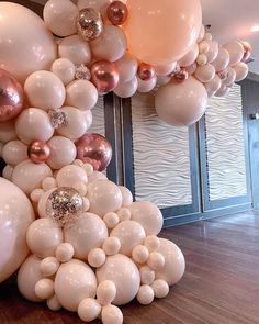 120 DIY New Years Eve Party Decorations that'll Earn you Brownie Points - Hike n Dip Make your New Year's Eve decoration earn Brownie points with these awesome New Years Eve Party Decorations. You'll love these NYE Party decoration ideas. Ballon Backdrop, Balloon Arch, Balloon Garland, Balloon Decorations, Birthday Party Decorations, Brownie Decorations, Rose Gold Balloons, Wedding Balloons, Birthday Balloons