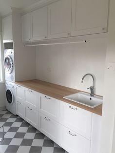 Vi har byggt ett enplans vinkelhus i Dalarna. Huset byggdes i lösvirke och är 156 kvm stort. Huset stod klart i april 2016. Outdoor Laundry Rooms, Laundry Closet, Laundry Room Design, House Design, Design Homes, Mudroom, Kitchen Cabinets, New Homes, House Styles