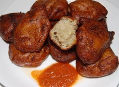 Fritters are so common and popular in Black Africa street food. These Banana Fritters are usualy enjoyed as apetizer. The are called makala (Cameroon) Talétalé (Ivory Coast) or Mikate ya Makemba (Democratic Republic of Congo). Enjoy best with African hot pepper sauce.....