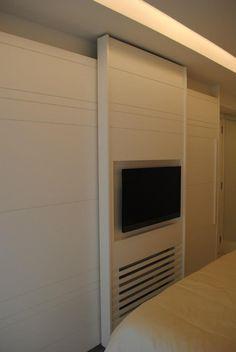 TV na porta do armário.