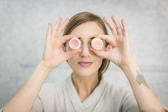 Protetor labial: importante em qualquer época do ano. Ele protege contra o ressecamento dos lábios, que pode ocorrer tanto por causa do sol quanto do frio. Sem contar com a própria saliva, que é ácida. Aprenda a seguir algumas receitas simples para fazer em casa com ingredientes totalmente naturais. Essas receitas duram cerca de seis meses, pois são artesanais com produtos naturais. Nu Skin Reviews, Toner Facial, Skin Care Regimen, Skin Care Tips, Alcohol En Gel, Cher Horowitz, Dry Skin On Face, Split Nails, Bandeau