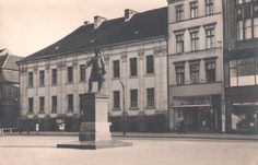 Okazały klasycystyczny budynek przy Friedrichplatz 1, obecnie Stary Rynek 24. Siedziba Biblioteki od 1908 r. Uprzednio mieściły się w nim Deputacja Kameralna i Sąd Dworski.  Na pierwszym planie - pomnik Fryderyka II Wielkiego