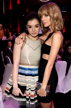 Pin for Later: Les Meilleures Photos des iHeartRadio Music Awards Hailee Steinfeld et Taylor Swift