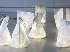 A luminária de papel chamada Hobo, criada por Molo Design traz um design moderno e arrojado e proporciona uma impressionante iluminação. Além disso a luminária de papel é energeticamente eficiente com iluminação LED que brilha suavemente através de fibras translúcidas do papel. A idéia