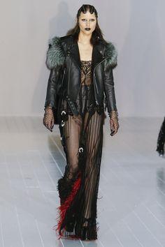Marc Jacobs Fall 2016 Ready-to-Wear Fashion Show 長蕾絲罩衫與短絲緞內衣搭配的靈感