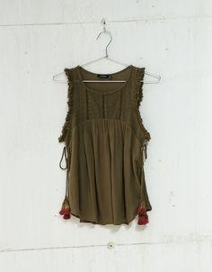 Top Canesú delantero bordado. Descubre ésta y muchas otras prendas en Bershka con nuevos productos cada semana