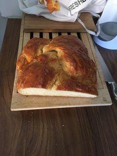 CHALLA (Umeå Judiska förening)Ingredienser: 50 g jäst 1 tsk salt socker 2 l mjöl 9 dl mjölk 4 msk smör 1 citron 3 ägg vallmofrön   Lös upp jästen i 1 dl ljummen mjölk, rör ned salt och 1 msk socker och låt det svälla. Gör en lös deg av siktat mjöl och så mycket mjölk (ungefär 5 dl) som behövs för att det skall gå att arbeta degen. Sätt till: jästen, 1 dl socker, smör som smälts i 2,5 dl varm mjölk, det rivna skalet av en citron och 2 ägg, ordentligt vispade. Knåda degen riktigt slät med…