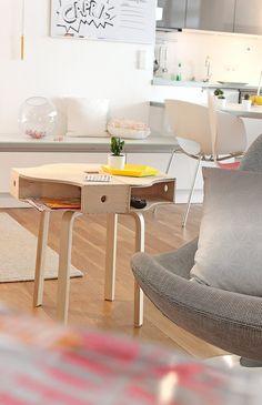 Neulich hab ich um 23.00 Uhr im Bett die Seite ikeahackers.net entdeckt und mich leider NICHT.MEHR.LOSREISSEN können! So was von genial, was manche Leute für Ideen haben!!! In eine hab ich mich ganz besonders verliebt: DIe Ikea-Odner KNUFF, aneinandergereit, aneinandergeleimt und auf den FROSTA geklebt. Das Tischchen ist noch dazu mega praktisch, weil es lauter Ablagefächer hat...