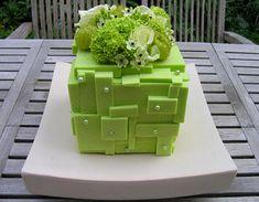 Gekleurd steekschuim als basis voor een mooie ton sur ton-schikking in een isomo kubus met bloembuisjes