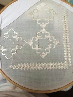 ponto reto - toalhabordado bargello o florentino ile ilgili görsel sonucu Embroidery Works, Hardanger Embroidery, Embroidery Patterns Free, Hand Embroidery Stitches, White Embroidery, Cross Stitch Embroidery, Cross Stitch Patterns, Embroidery Designs, Drawn Thread