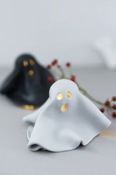 Basteln für Halloween: DIY Leucht Geister aus FIMO You are in the right place about Clay Ornaments wedding Here we offer you the most beautiful pictures ab Clay Christmas Decorations, Halloween Decorations, Polymer Clay Crafts, Diy Clay, Diy Fimo, Diy Halloween, Fall Crafts, Diy Crafts, Simple Crafts