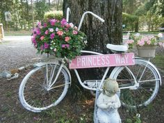 Shabby Chic and flea market gardening style Old Bicycle, Cruiser Bicycle, Bicycle Art, Old Bikes, Bicycle Basket, Bicycle Decor, North Carolina Gardening, Bike Planter, Paint Bike