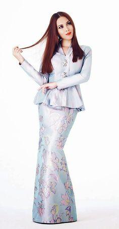 Hmm, probably a nice outfit for my engagement with flowers in my hair. Kebaya Hijab, Kebaya Dress, Muslim Fashion, Hijab Fashion, Fashion Dresses, Model Kebaya, Batik Fashion, Traditional Dresses, Dream Dress