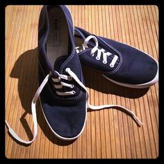 Mint condition blue keds Great condition. Rarely wore them. Rubber is white where it's supposed to be and little wear on bottoms. No stains on blue and laces are still decently white. Washed them once and this is what they look like already! Make an offer! Size 5 keds original. keds Shoes Sneakers