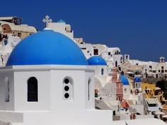 Santorini's famous blue domes. Places Around The World, Around The Worlds, Archipelago, Santorini, Taj Mahal, Greece, Beautiful Places, Bucket, Building