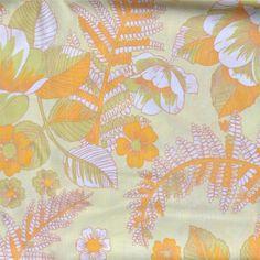 <p>Taie traversin vintage avec un imprimé de fleurs dans les tons jaune…