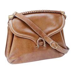 Superbe sac vintage de la Maison Gucci en cuir marron vieilli  - Bijouterie dorée   - Intérieur cuir beige avec deux soufflets  - Porté épaule ou en crossover  - Déchirure de l'anse  - Hauteur : 25 cm  - Longueur : 32 cm  - Profondeur : 5 cm  - Bandoulière : au plus court 74 cm, au plus long 80 cm  - Livré dans son dustbag Gucci