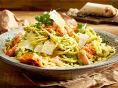 Spaghetti mit Lachs und Petersilienwurzel-Pesto Rezept | LECKER Pizza, Meat, Chicken, Ethnic Recipes, Food, Soups And Stews, Popular Recipes, Healthy Food, Easy Meals