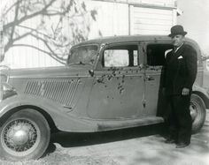 1934 Ford Fordor Deluxe Sedan Model 730 - The Bonnie and Clyde death car was stolen from a couple in Topeka, Kansas in Bonnie Parker, Old Pictures, Old Photos, Vintage Photos, Retro Pictures, Mafia, Bonnie And Clyde Death, The Babadook, Charles Stanley